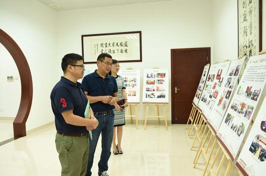 6-3 冯煜培副书记参观我院党史发展展板.JPG